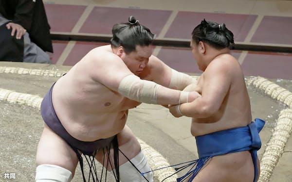 照ノ富士が寄り切りで豊昇龍を下す(14日、両国国技館)=共同