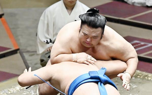 貴景勝(上)がはたき込みで豊昇龍を下す(15日、両国国技館)=共同