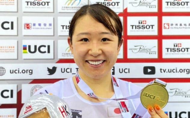自転車トラック種目、ネーションズカップの女子オムニアムで優勝し、金メダルを見せる梶原悠未(15日、香港)=日本自転車競技連盟提供・共同