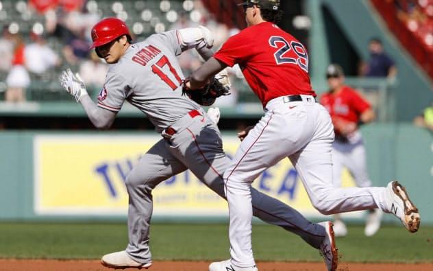 レッドソックス戦の1回、左安打を放つが一、二塁間でタッチアウトとなるエンゼルス・大谷(15日、ボストン)=USAトゥデー