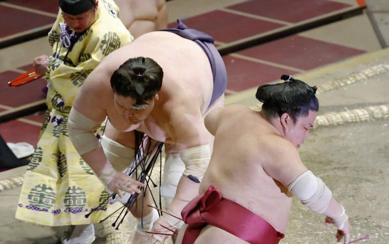 照ノ富士が押し出しで大栄翔を下す。全勝で勝ち越しを決めた(16日、両国国技館)=共同