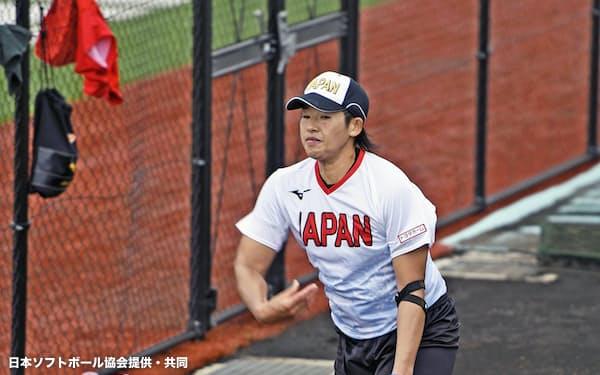 ソフトボール女子日本代表の強化合宿で、調整する上野(18日、群馬県高崎市)=日本ソフトボール協会提供・共同