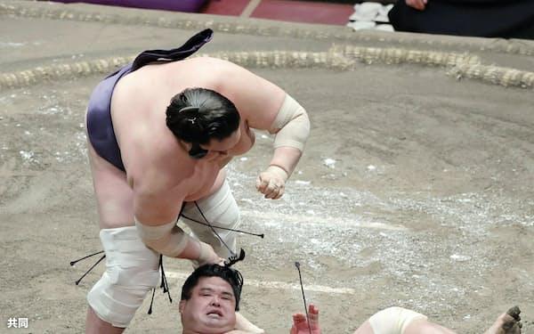 照ノ富士(上)は妙義龍のまげをつかんで反則負けとなる(19日、両国国技館)=共同