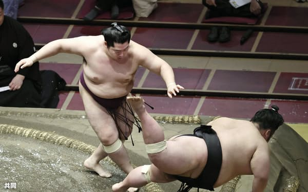 遠藤が突き落としで貴景勝を破る(21日、両国国技館)=共同