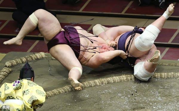 遠藤(左)が下手投げで照ノ富士を破る(22日、両国国技館)=共同