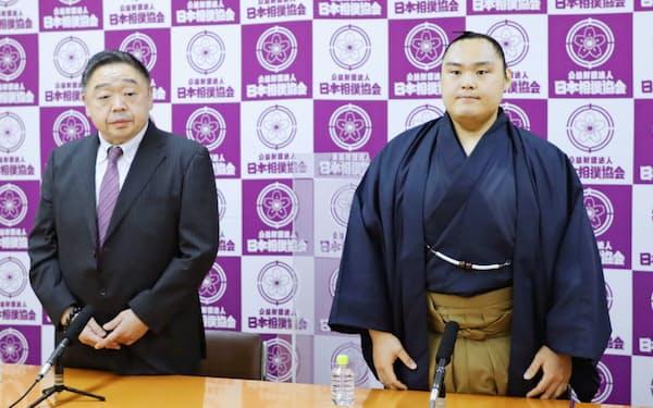 引退の記者会見に臨む舛ノ山。左は常盤山親方(22日、両国国技館)=日本相撲協会提供・共同
