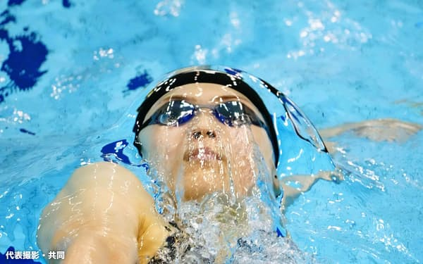 女子100メートル背泳ぎ決勝 1位の池江璃花子(23日、山新スイミングアリーナ)=代表撮影・共同