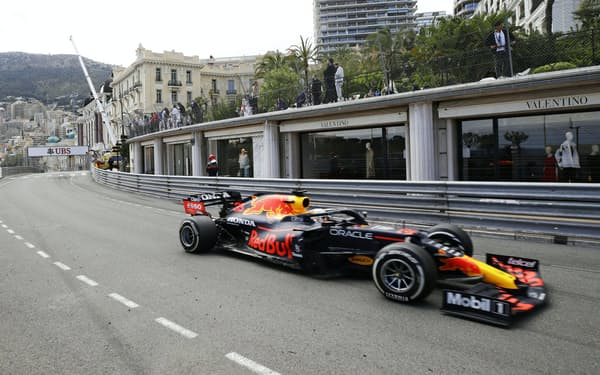 自動車F1モナコGPで走行するレッドブル・ホンダのマックス・フェルスタッペン(23日、モンテカルロ)=AP