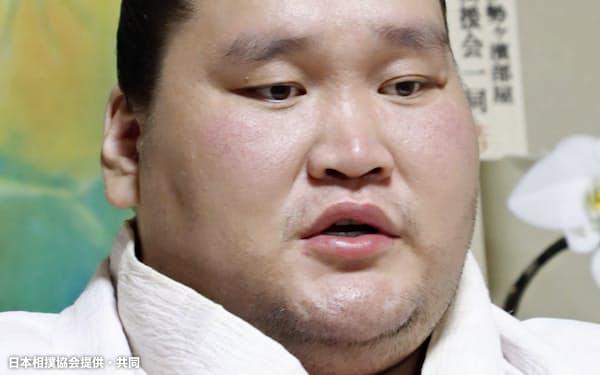 2場所連続4度目の優勝から一夜明け、記者会見する大関照ノ富士(24日、東京都江東区の伊勢ケ浜部屋)=日本相撲協会提供・共同