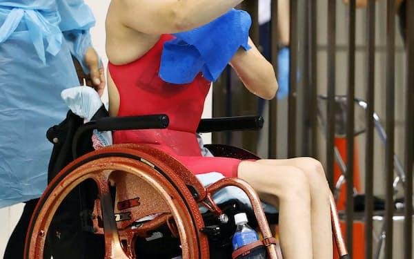 競泳のジャパンパラ大会女子50メートル自由形決勝を終え、笑顔を見せる成田真由美(23日、横浜国際プール)=共同