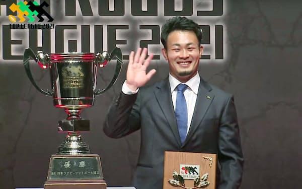 ラグビー、トップリーグの年間表彰式でMVPを受賞したパナソニックの福岡堅樹(24日)=共同