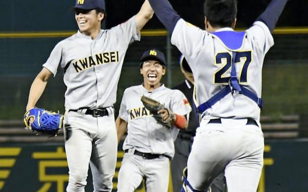 関西学生野球春季リーグで優勝を決め、喜ぶ関学大の黒原(左)ら(25日、わかさスタジアム京都)=共同