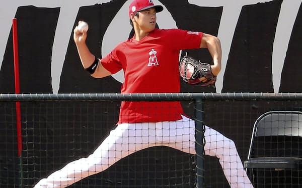 ブルペンで投球練習するエンゼルス・大谷(25日、アナハイム)=共同
