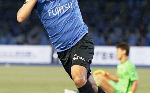 川崎―鹿島 前半、先制ゴールを決め、駆けだす川崎・レアンドロダミアン。GK沖(30日、等々力)=共同