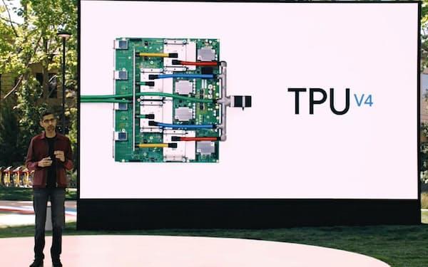 独自開発チップ「TPUv4」を紹介する米グーグルのスンダー・ピチャイ最高経営責任者(CEO)