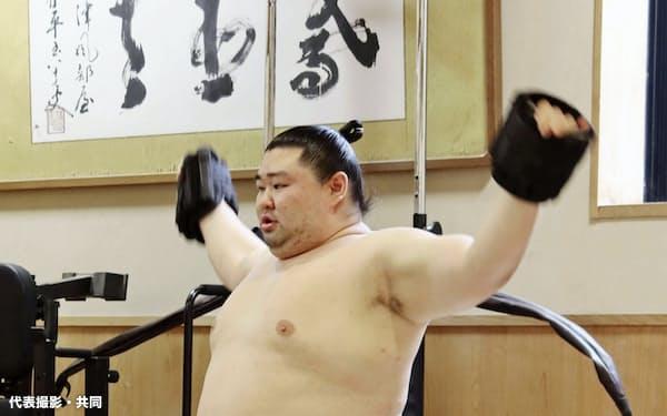 稽古で上半身を鍛える正代(2日、東京都墨田区の時津風部屋)=代表撮影・共同