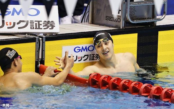 男子400メートル個人メドレー決勝 4分9秒88で優勝した瀬戸大也=右(3日、千葉県国際総合水泳場)=共同