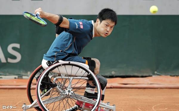 車いすの部男子シングルス1回戦でプレーする国枝慎吾(4日、パリ)=ロイター