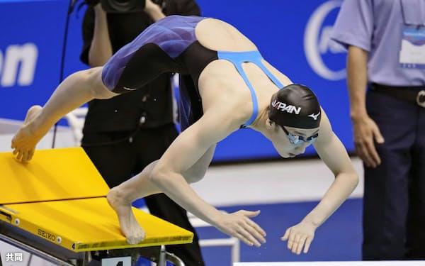 女子100メートル自由形決勝 スタートする池江璃花子。2位に終わった(5日、千葉県国際総合水泳場)=共同