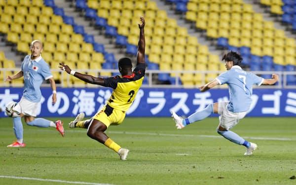 日本―ガーナの後半、チーム6点目のゴールを決める三笘=右(5日、ベスト電器スタジアム)=共同