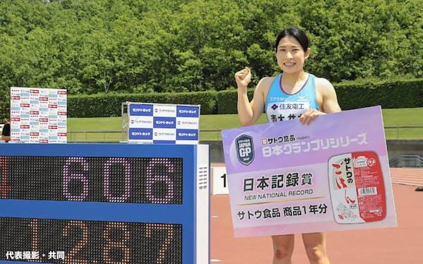 女子100メートル障害で日本記録に並ぶ12秒87をマークして優勝し、笑顔でポーズをとる青木益未(6日、ヤマタスポーツパーク陸上競技場)=代表撮影・共同
