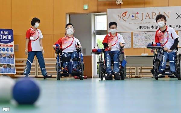 合宿を公開したボッチャ日本代表の(左から)広瀬隆喜、(1人おいて)中村拓海、藤井友里子、杉村英孝(11日、福島県白河市)=共同