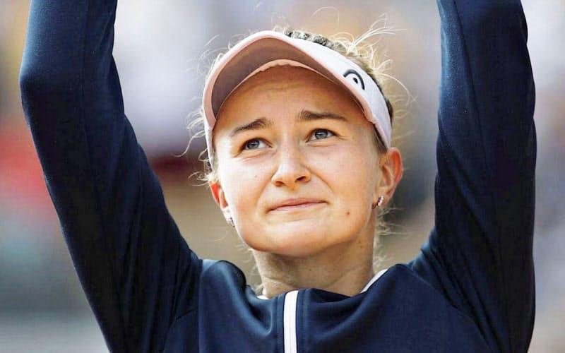女子シングルスで優勝しトロフィーを掲げるバルボラ・クレイチコバ。四大大会初優勝を果たした(12日、パリ)=ロイター