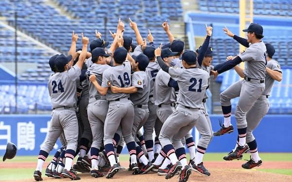 福井工大を破って34年ぶり4度目の優勝を果たし、喜ぶ慶大の選手ら(13日、神宮)=共同
