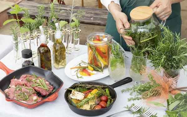 ローズマリーを使った料理や調味料、ブーケなど(埼玉県久喜市のポタジェガーデン)=山田麻那美撮影
