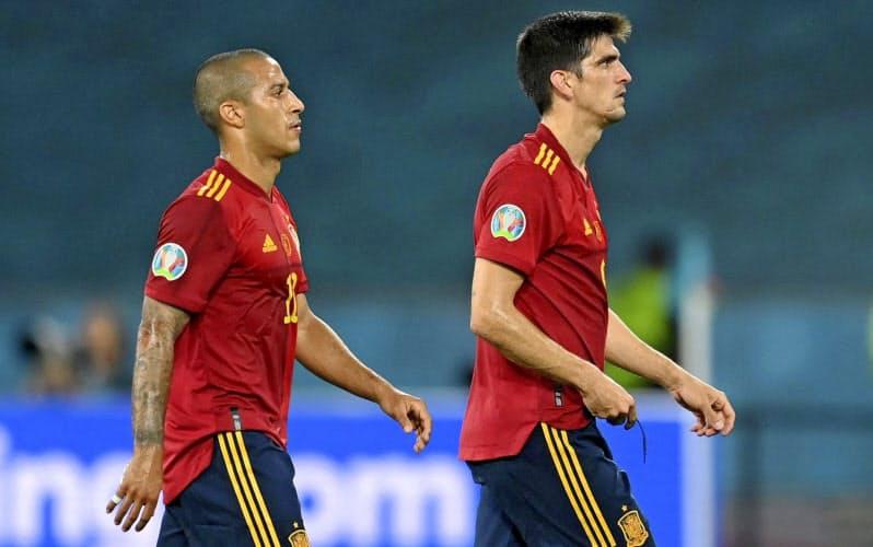 スウェーデンと引き分け落胆した表情で引き揚げるスペインのティアゴ(左)とG・モレノ(14日、セビリア)=ロイター