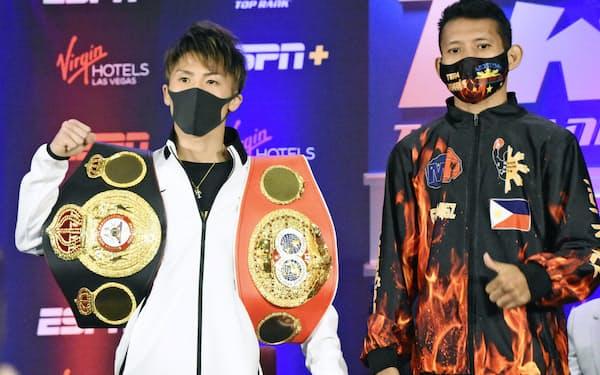 挑戦者マイケル・ダスマリナス(右)とポーズをとる井上尚弥(17日、ラスベガス)=共同
