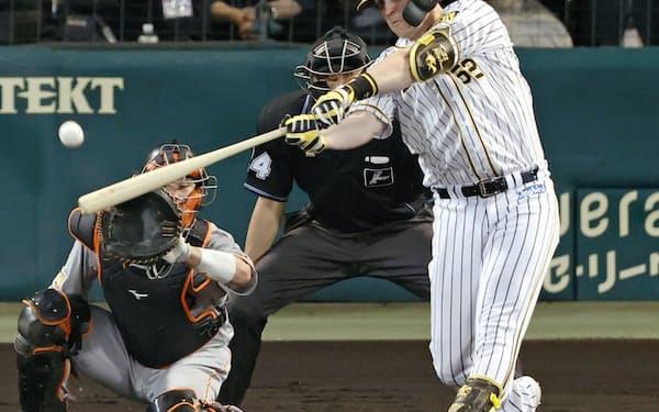 3回阪神無死、サンズが右中間に満塁本塁打を放つ。捕手大城(18日、甲子園)=共同