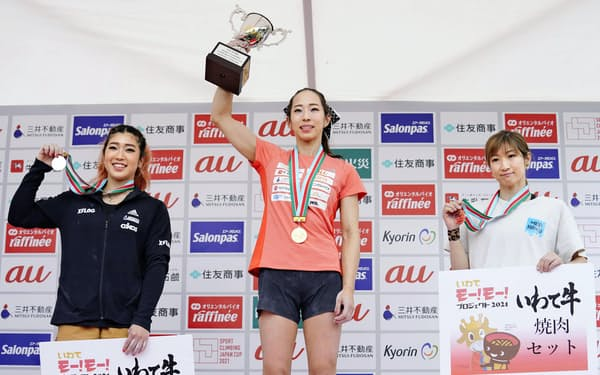 2種目の複合ジャパンカップ女子で優勝し笑顔の野口啓代(中央)と2位の野中生萌(左)、3位の渡辺沙亜里(19日、岩手県営スポーツクライミング競技場)=共同