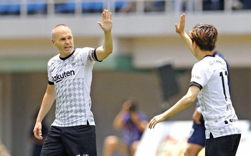 福岡―神戸 前半、先制ゴールを決めた神戸・古橋(右)を祝福するイニエスタ(19日、ベススタ)=共同