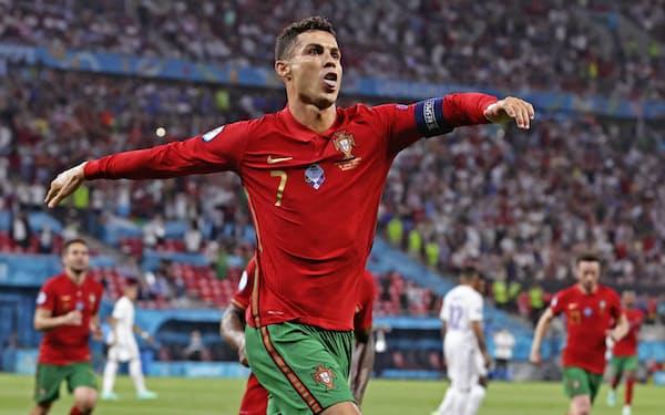 フランス戦の後半、PKでこの試合自身2点目のゴールを決め喜ぶポルトガルのロナルド(23日、ブダペスト)=AP