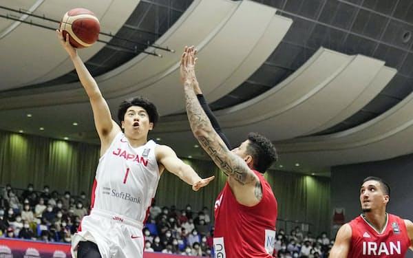 日本―イラン 第1クオーター、シュートを放つ安藤誓=左(27日、奥州市総合体育館)=共同