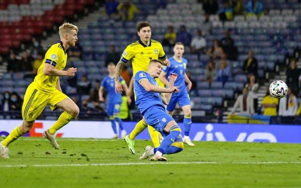 決勝トーナメント1回戦のスウェーデン戦延長後半終了間際、決勝ゴールを決めるウクライナのドブビク=中央(29日、グラスゴー)=AP