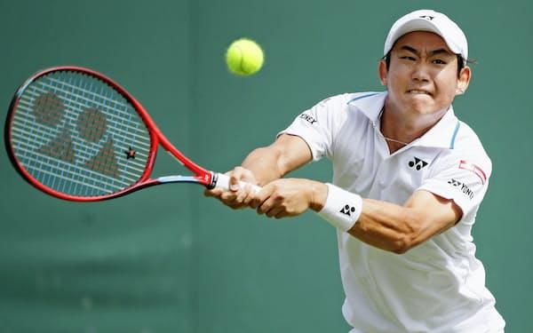 男子シングルス2回戦 アリアジュ・ベデネに敗れた西岡良仁(1日、ウィンブルドン)=ロイター