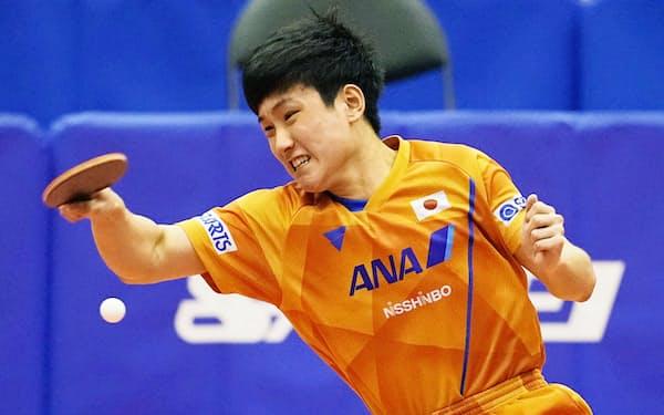 男子シングルスで及川瑞基に競り勝った張本智和(2日、埼玉県内)=共同
