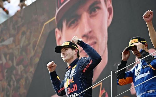 自動車F1オーストリアGPで優勝し、表彰台でガッツポーズするマックス・フェルスタッペン(4日、シュピールベルク)=AP