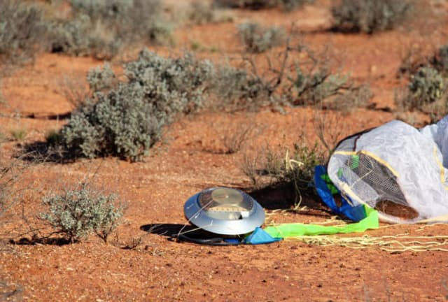 カプセルは当初は米ユタ州の砂漠で回収される予定だった=JAXA提供