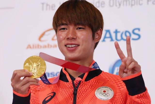 記者会見を終え、金メダルを手に笑顔を見せる堀米雄斗選手(7月26日、東京都内)