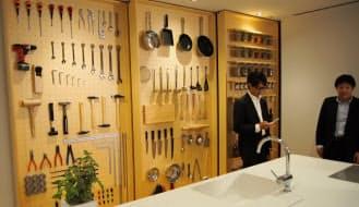 キッチンには料理器具だけでなく、ドリルやスパナなどの工具も設置。家族の新しいコミュニケーションの場を提案している