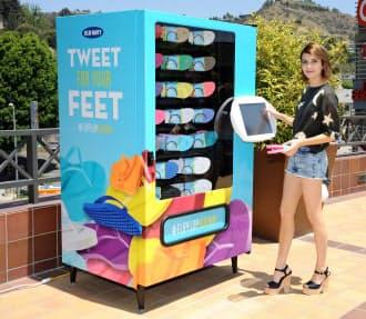 自販機前でスマホなどで「つぶやく」と、人気商品のビーチサンダルが無料でもらえる。写真は米国で実施したときの様子(提供:米オールドネイビー)