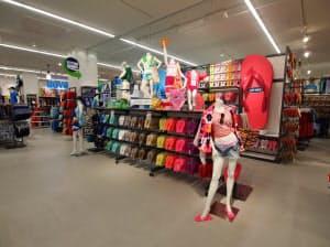 同社のビーチサンダル「FLIP FLOP」は1日で300万足も売れた大ヒット商品。全部で200種類あり、国内店舗(写真)でも目立つところに展示されている