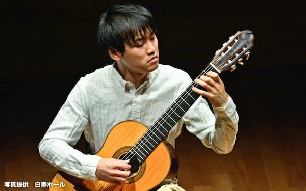 「旬のギタリストを聴く」のリサイタルで独奏した木暮浩史(8月23日、東京都渋谷区の白寿ホール)=写真撮影  三好 英輔、写真提供 白寿ホール