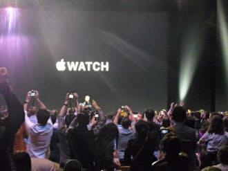 アップルウオッチの発表で総立ちになる新製品発表会場(米クパチーノ市)