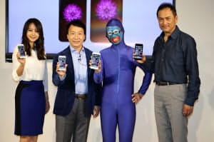 iPhone6の発売イベントに臨むNTTドコモの加藤薫社長(左から2人目)ら(19日、東京・有楽町)