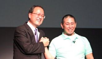 「Syn.(シンドット)」発表会に登壇したKDDIの田中孝司社長(左)と、企業連合の推進役を担うKDDI新規ビジネス推進本部の森岡康一担当部長(右)(16日、東京・港)