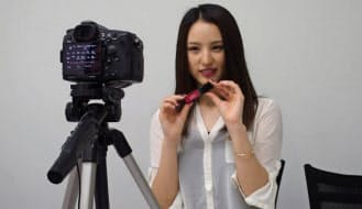 勝俣さんは、カメラが趣味の父親から高価な一眼カメラやレンズを借りて、空き時間を見つけては撮影。自室がスタジオ代わりだ。早くも企業から宣伝動画の依頼も舞い込む